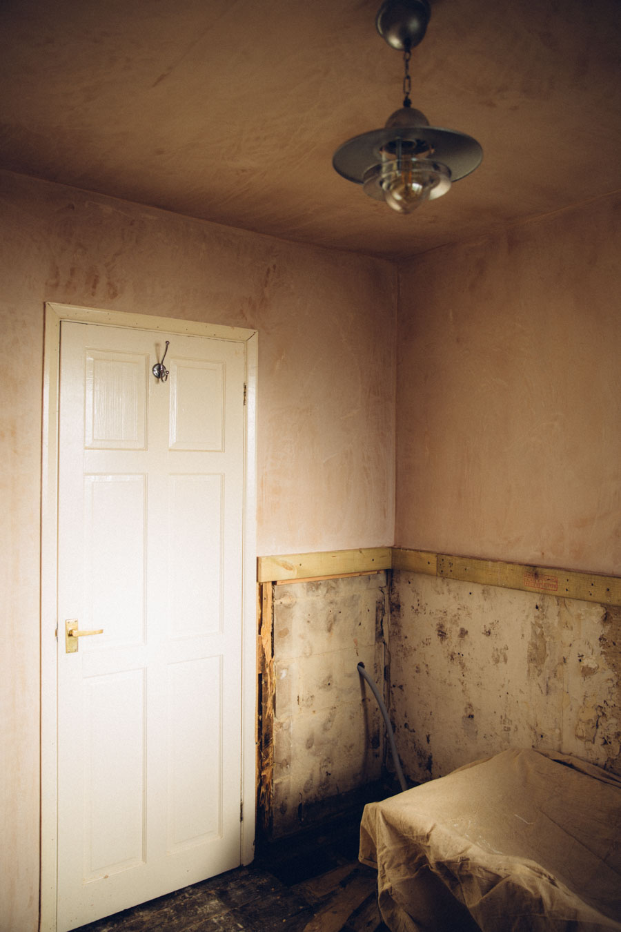 Rustic bathroom plaster walls